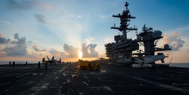 4月11日、海自が米空母カールビンソン(写真)との訓練を検討していることが判明。8日撮影(2017年 ロイター/U.S. Navy photo by Mass Communication Specialist 3rd Class Matt Brown/Handout via Reuters)