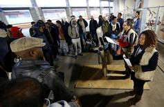 Des réfugiés à un centre d'accueil au nord de Paris. L'aide publique au développement (APD) des économies avancées a sensiblement progressé en 2016 sous l'effet notamment des coûts d'accueil des réfugiés, en forte hausse pour la deuxième année consécutive, selon les statistiques publiées mardi par l'OCDE (Organisation de coopération et développement économique). /Photo d'archives/REUTERS/Jacky Naegelen