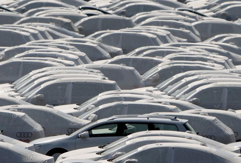 FILE PHOTO: New cars of several brands of German carmaker Volkswagen AG are covered with protective covers before they are loaded for export on a transport ship at the harbour of the Volkswagen plant in Emden, Germany, April 24, 2009.    REUTERS/Christian Charisius/File photo
