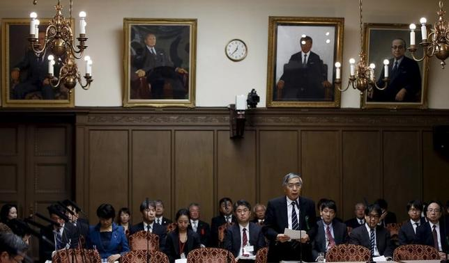 4月12日、黒田東彦日銀総裁は衆院財務金融委員会で、日銀の金融政策は為替相場を目的にしていないとあらためて強調しつつ、さらに円安が進行する場合は物価2%目標の達成が早くなる可能性があるのは事実だ、と語った。写真は昨年2月、参院財務金融委員会で答弁する黒田総裁(2017年 ロイター/Toru Hanai)