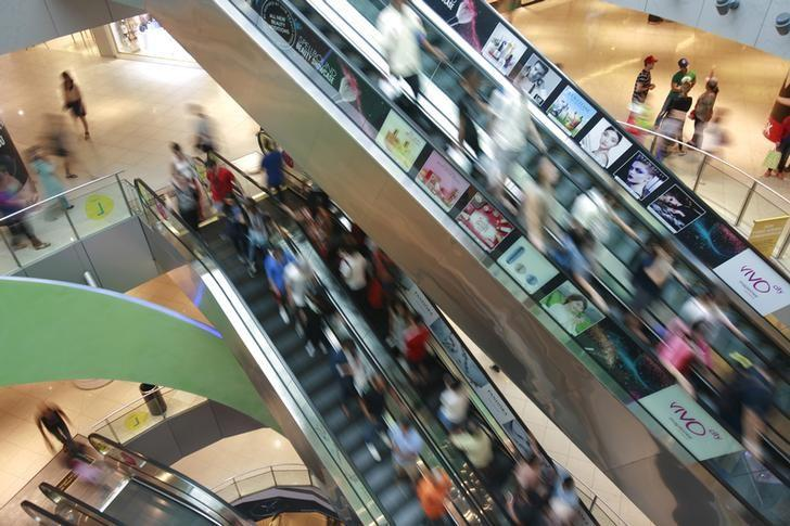 FILE PHOTO: Shoppers ride escalators in a mall in Singapore December 8, 2015.   REUTERS/Thomas White/File Photo