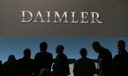 Daimler a fait état mardi d'une hausse, plus marquée que prévu, de 87% de son bénéfice d'exploitation du premier trimestre 2017, à 4,01 milliards d'euros. /Photo prise le 2 février 2017/REUTERS/Michaela Rehle