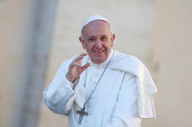 4月11日、トランプ米大統領は、イタリアで来月開催される主要7カ国(G7)首脳会議の期間中にローマ法王フランシスコへの謁見を行わない見通し。関係者が11日、明かした。写真は3月サン・ピエトロ広場で一般謁見を行うローマ法王フランシスコ(2017年 ロイター/Tony Gentile)
