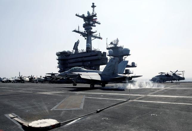 4月11日、トランプ米大統領が「強力な艦隊」と呼ぶ空母打撃群が西太平洋に向かうなか、北朝鮮の国営メディアは、米国による先制攻撃の兆候があれば米国に核攻撃すると警告した。写真は、朝鮮半島近海に移動中の空母「カール・ビンソン」。南シナ海で3月撮影(2017年 ロイター/Erik De Castro)