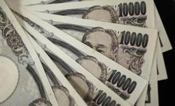 Купюры 10.000 иен. Токио, 2 августа 2011 года. Иена обновила пятимесячные максимумы к доллару, евро и фунту стерлингов в среду, так как геополитическая напряженность снизила аппетит к риску, дав преимущество безопасной японской валюте. REUTERS/Yuriko Nakao
