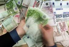 L'objectif d'une croissance de 1,5% de l'économie française maintenu par le gouvernement pour 2017 reste vraisemblable, estime mercredi le Haut conseil des finances publiques (HCFP), qui réitère cependant ses critiques sur la sous-estimation récurrente du déficit structurel. /Photo d'archives/REUTERS/Russell Boyce