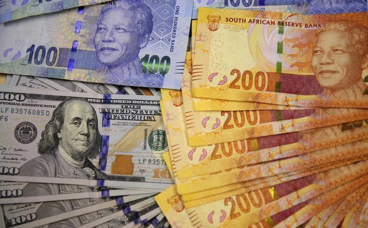 资料图片:2014年8月,南非约翰内斯堡,南非兰特和美元。REUTERS/Siphiwe Sibeko
