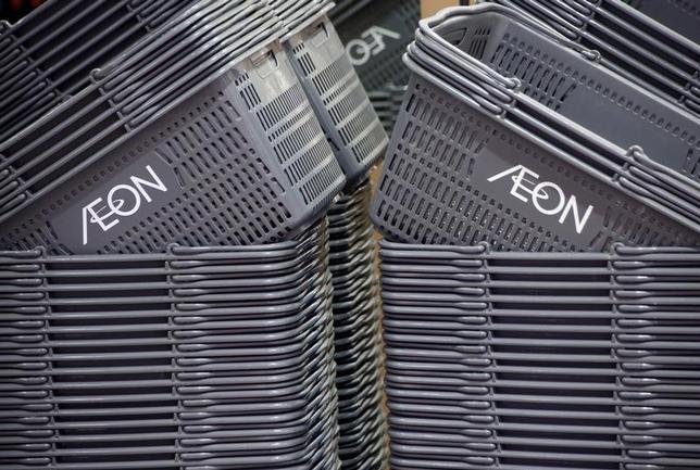 4月12日、イオンは、2018年2月期の連結営業利益が前年比5.6%増の1950億円になるとの見通しを発表した。ダイエーの黒字化を見込むほか、総合スーパー事業の構造改革も寄与する。写真は千葉市で昨年11月撮影(2017年 ロイター/Kim Kyung Hoon)
