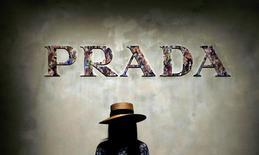 Prada a annoncé mercredi un bénéfice annuel en baisse de près de 16% en raison d'un affaissement de la demande mondiale de produits de luxe, le groupe italien s'étant recentré sur la vente d'articles plus accessibles dans un marché très concurrentiel. /Photo prise le 23 février 2017/REUTERS/Alessandro Garofalo