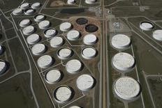 Нефтехранилища в Кушинге, Оклахома 24 марта 2016 года. Запасы нефти в США снизились за неделю, завершившуюся 7 апреля, на 2,2 миллиона баррелей до 533,38 миллиона баррелей, сообщило Управление энергетической информации (EIA) в среду. REUTERS/Nick Oxford