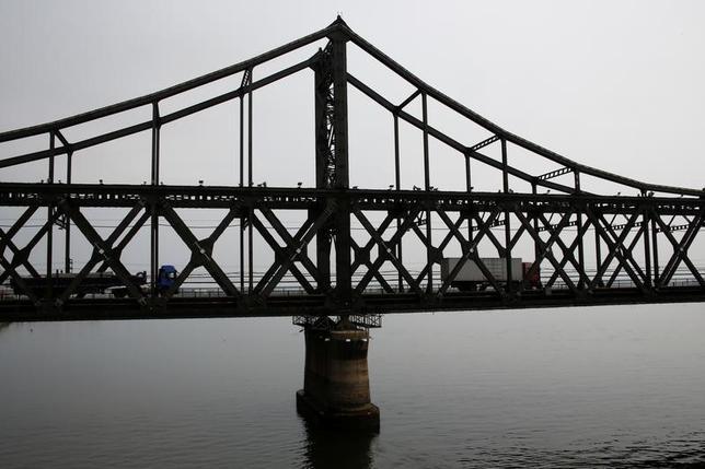 4月13日、中国関税当局は、第1・四半期の北朝鮮からの輸入(人民元建て)が前年比18.4%増加したと明らかにした。同国への輸出は54.5%拡大した。写真は中国と北朝鮮を結ぶ橋を渡るトラック。昨年9月撮影(2017年 ロイター/Thomas Peter)