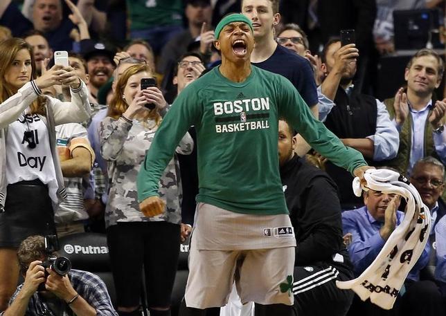 4月12日、NBAのセルティックスはバックスに112─94で快勝。53勝29敗で東カンファレンス1位が確定した。写真は勝利を喜ぶアイザイア・トーマス(2017年 ロイター/Winslow Townson-USA TODAY Sports)
