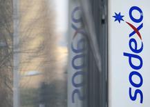 Sodexo a confirmé jeudi ses objectifs financiers annuels après avoir publié des résultats conformes à ses attentes pour la première moitié de l'exercice 2016-2017. Le spécialiste de la restauration collective et de la distribution de services prépayés a enregistré un chiffre d'affaires de 10,634 milliards d'euros, en hausse de 0,3% hors effets de change. /Photo d'archives/REUTERS/Gonzalo Fuentes