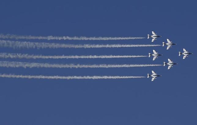 3月13日、防衛省は、航空自衛隊の戦闘機による2016年度の緊急発進(スクランブル)回数が過去最多の1168回だったと発表した。写真は2015年10月横須賀基地沖の相模湾で演習するブルー・インパルス部隊(2017年 ロイター/Toru Hanai)