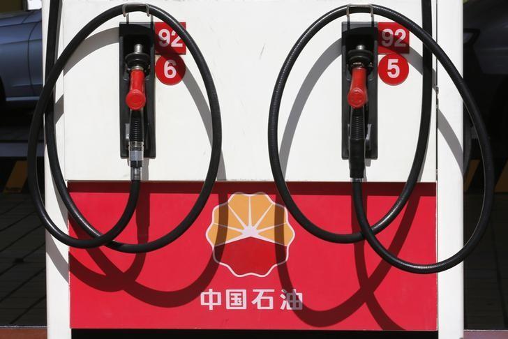 资料图片:2013年8月,北京,中石油加油站的加油机。REUTERS/Kim Kyung-Hoon