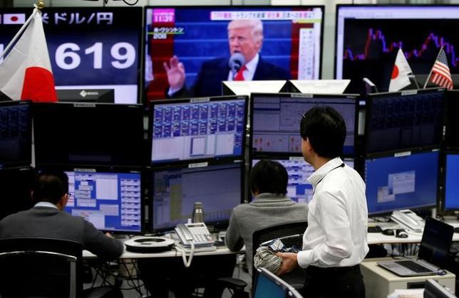 4月13日、「トランプ円安」から一転して「トランプ円高」になってきた。地政学リスクの高まりから逃避の円買いが進行、トランプ米大統領のドル高けん制発言も加わり、ドルは一時108円台まで落ち込んだ。都内の外為取引会社で1月撮影(2017年 ロイター/Toru Hanai)