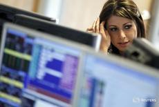 Дилер в торговом зале IG Index в Лондоне 6 мая 2010 года. Европейские фондовые индексы снижаются в начале торгов четверга под давлением акций банков, в результате чего индекс ведущих компаний континента может показать сильнейший недельный спад. REUTERS/Kevin Coombs