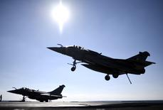 """Le PDG de Dassault Aviation a estimé jeudi que la Malaisie avait donné à la France une """"indication très positive"""" sur les perspectives d'un contrat pour le Rafale, tout en rappelant que les élections à venir dans les deux pays seraient déterminantes pour une éventuelle vente de l'avion de combat. /Photo d'archives/REUTERS/Stephane De Sakutin"""