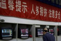 Инвестор в брокерской конторе в Шанхае 9 ноября 2016 года. Фондовый рынок Китая вырос в четверг, поскольку инвесторы продолжили ставить на акции, которые выиграют от планов Пекина создать новую обширную экономическую зону в стране.  REUTERS/Aly Song