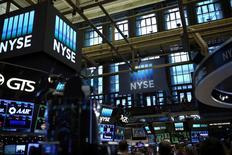 Wall Street cède un peu de terrain jeudi dans les premiers échanges. Quelques minutes après l'ouverture, le Dow Jones perd 0,24%, le S&P-500 recule de 0,24% et le Nasdaq Composite cède 0,14%. /Photo d'archives/REUTERS/Stephen Yang