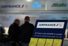 Air France-KLM a signé avec Singapore Airlines un protocole d'accord de partage de codes qui renforcera le réseau de ses liaisons avec l'Asie face à la concurrence des compagnies aériennes du Golfe. /Photo d'archives/REUTERS/Eric Gaillard