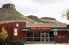 Wells Fargo a publié jeudi un bénéfice stagnant au premier trimestre, en raison d'une baisse du revenu tiré des crédits immobiliers et d'une hausse des charges. La troisième banque américaine a fait état d'un bénéfice net de 5,06 milliards de dollars contre 5,09 milliards un an auparavant. /Photo d'archives/REUTERS/Rick Wilking