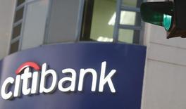 Логотип Citibank в Ханое 8 июля 2015 года. Citigroup Inc отчитался о скачке квартальной прибыли на 17 процентов, превысившей ожидания благодаря инструментам с фиксированной доходностью, в то время как клиенты корректировали позиции после повышения ставок ФРС и изменений на валютных и кредитных рынках. REUTERS/Kham