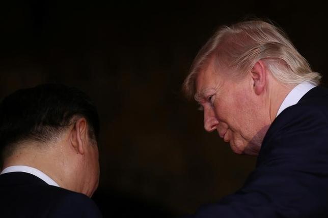 4月13日、トランプ米大統領は、北朝鮮は「今後対処される」問題との認識を示した。写真はトランプ氏と中国の習近平国家主席。フロリダ州で6日撮影(2017年 ロイター/Carlos Barria)