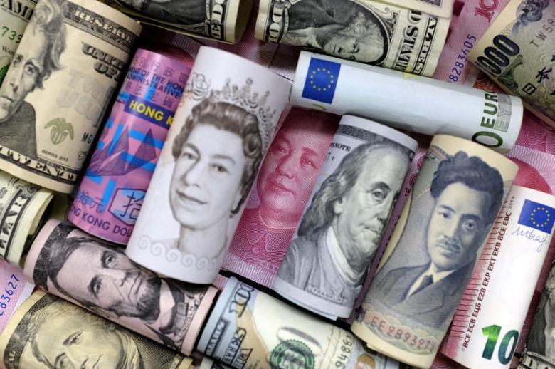 资料图片:2016年1月,欧元、港元、美元、日元、英镑和人民币纸币。REUTERS/Jason Lee