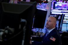 Трейдер на торгах Нью-Йоркской фондовой биржи 21 декабря 2016 года. Ведущие индексы Уолл-стрит в четверг завершили торги снижением третий день подряд, так как инвесторы анализировали квартальные показатели крупных американских банков и геополитические риски, в то время как технологический сектор закрылся в минусе десятую сессию кряду. REUTERS/Andrew Kelly