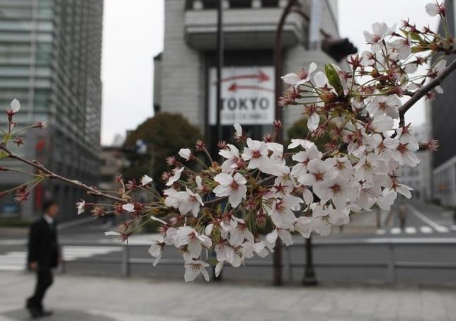 4月14日、東京株式市場で日経平均は4日続落。終値での年初来安値を更新し、昨年12月5日以来の安値で引けた。写真は東京証券取引所で2012年4月撮影(2017年 ロイター/Toru Hanai)