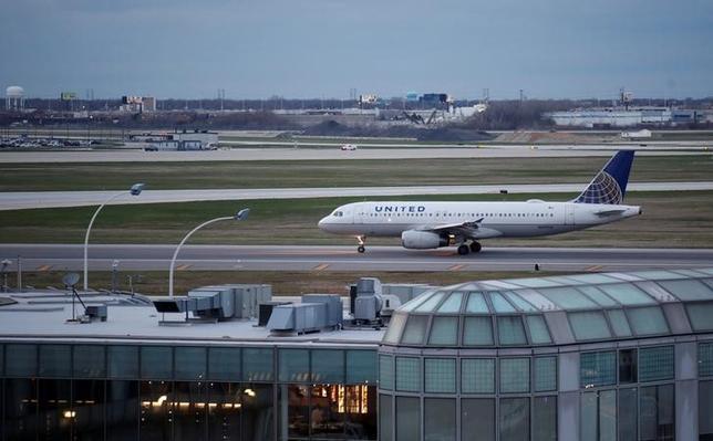 4月14日、乗客を強制的に引きずり降ろした問題で非難にさらされている米ユナイテッド航空で、今度は乗客が機内でサソリに刺されていたことが明らかになった。会社側発表や報道によると9日に米ヒューストンからカナダのカルガリーに向う便に乗っていた男性の乗客が、頭上の荷物入れから頭に落ちてきたサソリに、爪の中を刺されたと訴えている。写真は11日シカゴで撮影(2017年 ロイター/Kamil Krzaczynski)