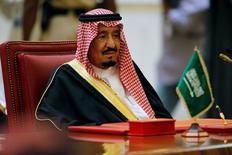 Саудовский король Салман ибн Абдул-Азиз Аль Сауд на саммите стран Персидского залива в Манаме, Бахрейн, 6 декабря 2016 года. Правительство Саудовской Аравии поручило министерствам и ведомствам пересмотреть незавершённые  проекты развития инфраструктуры и экономики стоимостью в миллиарды долларов с прицелом на дальнейшую их отмену или реструктуризацию, сказали источники в правительстве. REUTERS/Hamad I Mohammed