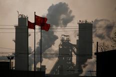 Bandeiras nacionais da China ao lado de uma fábrica de aço em Wu'an. 23/02/ 2017REUTERS/Thomas Peter
