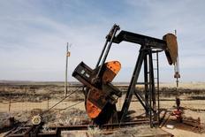 Буровая вышка в Техасе. Цены на нефть сократили утренние потери, но остаются в минусе на малоактивных торгах понедельника из-за  роста добычи сланцев в США.   REUTERS/Lucas Jackson