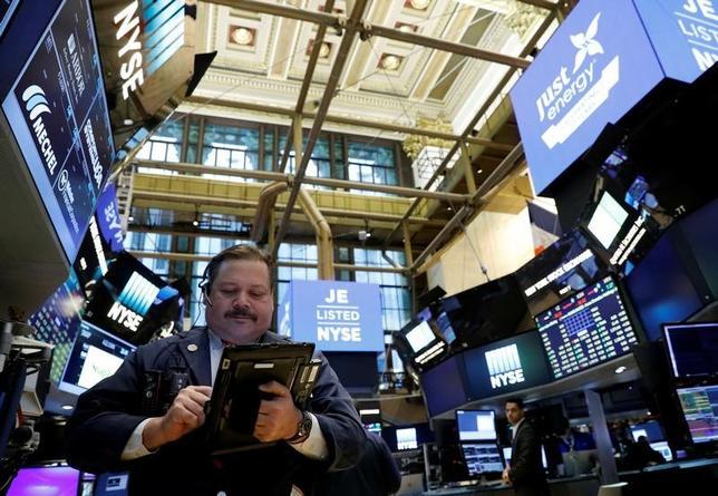 4月17日、米国株式市場は、主要指数が反発した。銀行株やハイテク株を筆頭に、幅広く買われた。3月撮影(2017年 ロイター/Brendan McDermid)