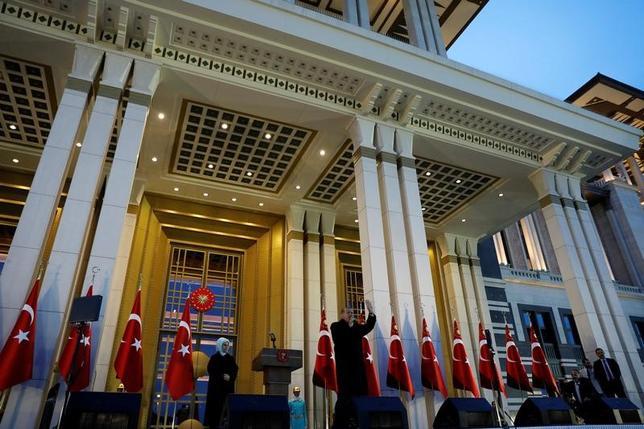 4月17日、トルコで実施された大統領権限の強化を目指す憲法改正の是非を問う国民投票について、欧州安保協力機構などで構成する国際投票監視団は、投票は欧州評議会の基準を満たしていなかったとの見解を示した。写真は投票結果を受け支持者に向けて演説するエルドアン大統領。(2017年 ロイター/Umit Bektas)