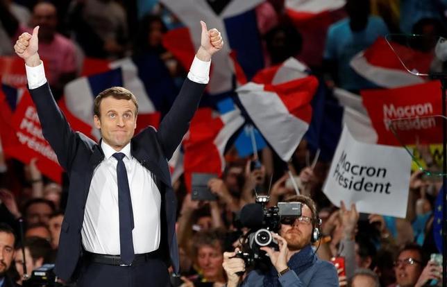 4月17日、フランス大統領選の第1回投票を6日後に控え、中道系独立候補のマクロン前経済相は、集会で演説し、旧来の政治を批判するとともに、政治の世代交代を訴えた(2017年 ロイター/Christian Hartmann)