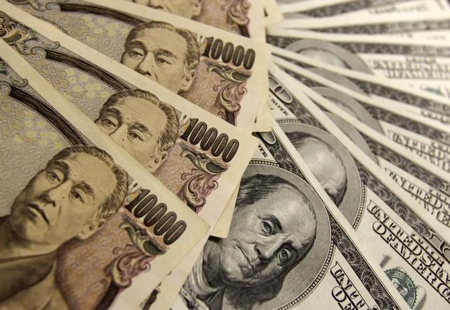 4月18日、正午のドル/円は、前日ニューヨーク市場午後5時時点と比べ、ややドル高/円安の108.97/99円だった。写真は都内で2009年11月撮影(2017年 ロイター/Yuriko Nakao)