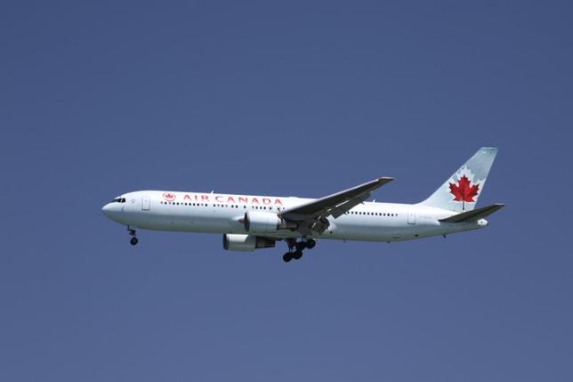 4月17日、カナダの航空会社エア・カナダが、オーバーソールド(過剰販売)を理由に10歳の少年の搭乗を断ったとして謝罪し、その補償として2500カナダドル相当の旅行クーポンを渡していたことがわかった。写真は米カリフォルニア州サンフランシスコ国際空港に着陸態勢に入っているエア・カナダ機。2015年4月撮影(2017年 ロイター/Louis Nastro)