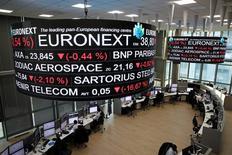 Парижская фондова биржа. Сырьевой сектор оказал давление на акции Европы во вторник в ходе волатильного начала сессии; основной панъевропейский индекс не смог удержать набранное ранее преимущество. REUTERS/Benoit Tessier
