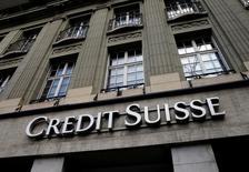 Credit Suisse reste confronté à une fronde d'actionnaires contre les revenus de ses dirigeants malgré la proposition faite la semaine dernière par la deuxième banque suisse de réduire de 40% la rémunération variable de ces derniers. /Photo d'archives/REUTERS/Denis Balibouse