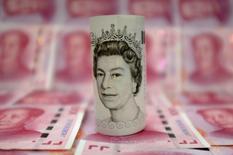 La livre sterling a grimpé mardi à ses plus hauts niveaux depuis début février après l'annonce par la Première ministre britannique qu'elle souhaitait la tenue d'élections anticipées en Grande-Bretagne le 8 juin. /Photo d'archives/REUTERS/Jason Lee