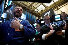 Wall Street a ouvert mardi en légère baisse. Quelques minutes après l'ouverture, l'indice Dow Jones perd 0,32% à 20.570,03 points. /Photo prise le 18 avril 2017/REUTERS/Brendan McDermid