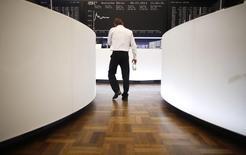 Les Bourses européennes ont terminé en nette baisse mardi, Londres ayant notamment chuté de 2,5% dans le sillage de l'envolée de la livre sterling après l'annonce d'élections législatives anticipées au Royaume-Uni. A Paris, le CAC 40 a perdu 1,59% à 4.990,25 points et le Dax allemand a accusé un repli plus limité, de 0,9%. /Photo d'archives/REUTERS/Lisi Niesner