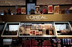 L'Oréal a fait légèrement mieux qu'attendu au premier trimestre grâce à une très forte accélération de ses ventes de produits de luxe qui a compensé un net ralentissement dans les produits grand public et la cosmétique active. /Photo d'archives/REUTERS/Eric Gaillard