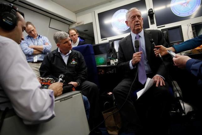4月18日、北朝鮮が先週末に行ったミサイル発射実験について、米国のマティス国防長官は「何かを挑発する」企てだったとの見方を示した。写真は、訪問先の中東に向かう機内で記者団の質問に答える長官(右)。(2017年 ロイター/Jonathan Ernst)