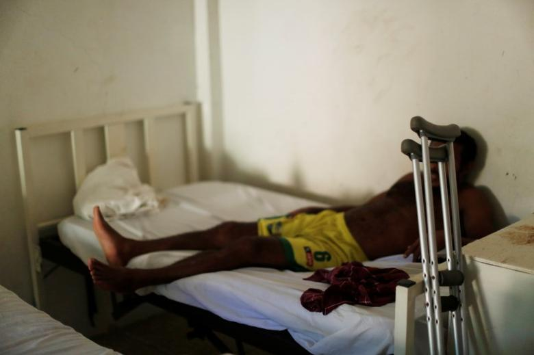 A man from Honduras who does not want to be identified, recovers from a bullet wound in his leg at the Jesus Buen Pastor shelter in Tapachula, Chiapas, Mexico November 18, 2016. He said that he left Honduras for the U.S. due to the present violence in his home country. REUTERS/Carlos Jasso