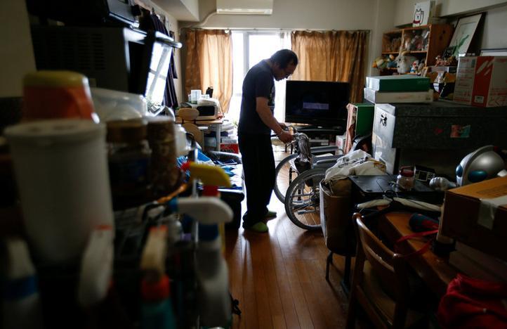43歳でパーキンソン病と診断され、84歳の父親の年金と自分の障害者年金で暮らす軽部顕広氏。2月撮影(2017年 ロイター/Issei Kato)