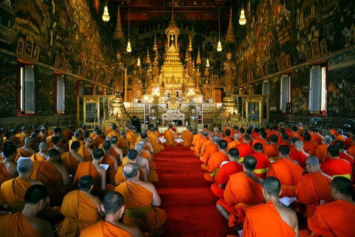 Buddhist monks pray during a religious ceremony tribute to Thailand's late King Bhumibol Adulyadej at the Royal Palace in Bangkok, Thailand, March 5, 2017. REUTERS/Athit Perawongmetha